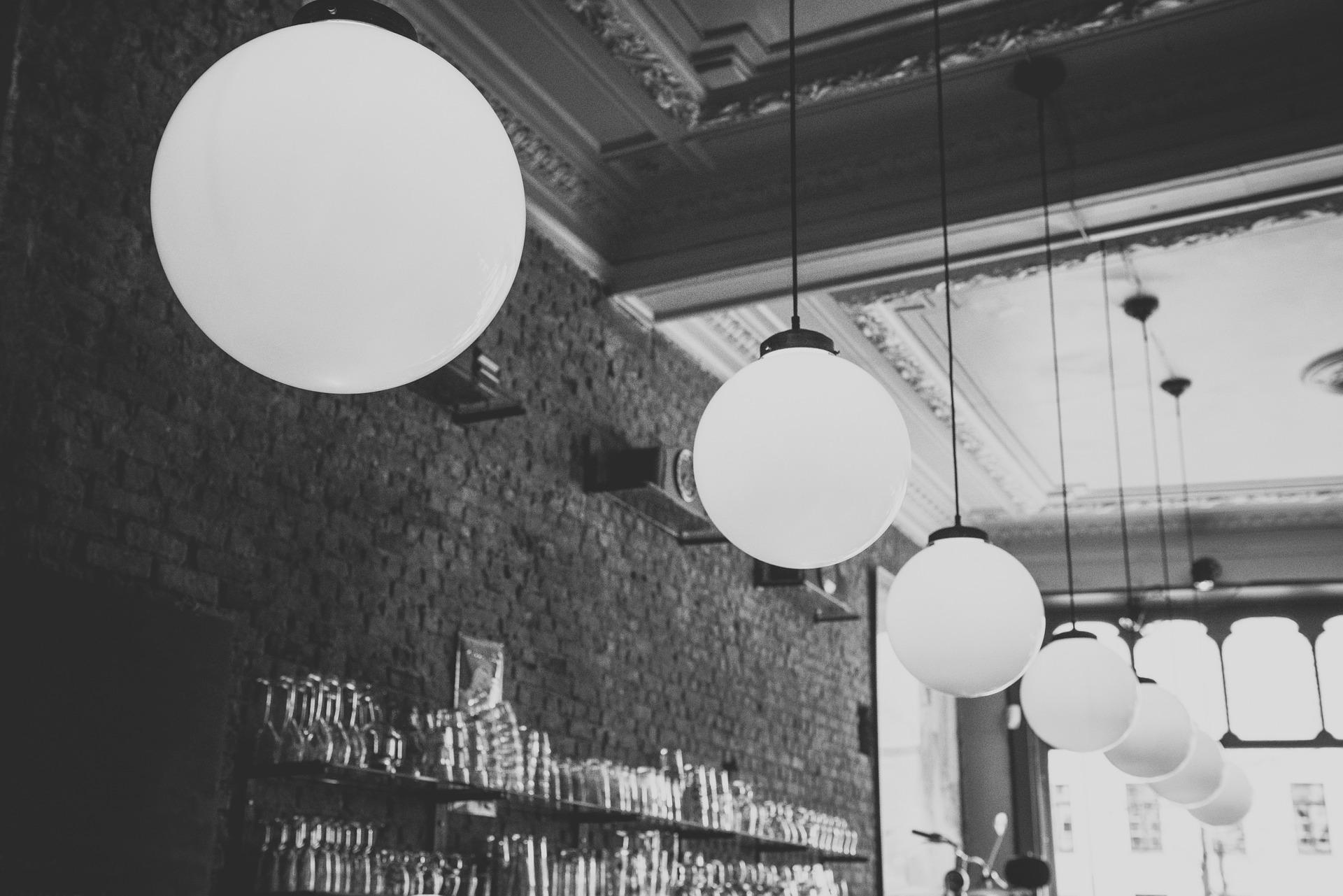 Verschillende soorten lampen die u voor uw tafel zou moeten overwegen